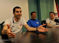Henrikh Mkhitaryan meets with Armenia U-19 and U-17 players